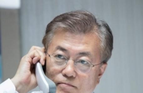 """아베 총리와 통화한 文대통령 """"北도발행위 용인 못해"""""""