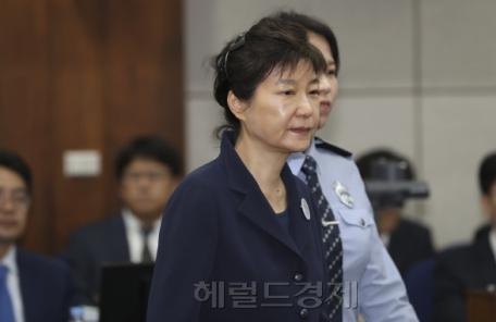 """박근혜, 법정서 휴대전화 사용 """"딱 걸렸네"""""""