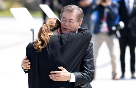 """文 대통령 100일, 최고의 기억은? """"5ㆍ18 '임 행진곡' 제창"""""""