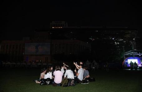 불꺼진 서울시청 밤하늘 별을 보다