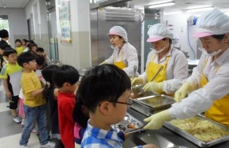 """(1200) (일/생) """"우리 식자재 써달라"""" 학교 영양사에 금품뿌린 업체에 과징금"""