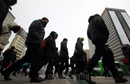 """""""50대 '가계 빚' 1억원 육박…30대 부채 증가율 49% 최고"""""""