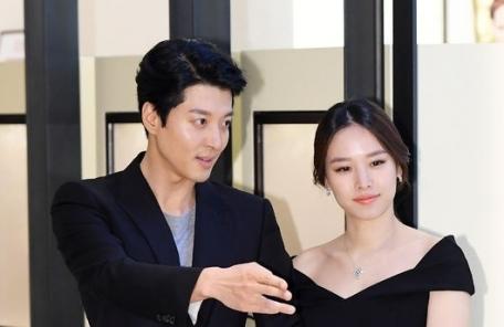 """조윤희ㆍ이동건 부부 첫 딸 품에 안다…""""산모ㆍ아이 모두 건강"""