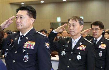 [9면 사진재송]어색한 경찰청장-소방청장