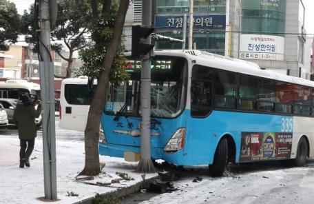 제주서 빙판길에 버스 미끄러져 1명 중상ㆍ11명 경상