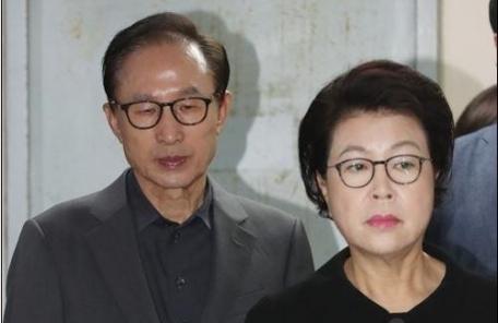 """""""김윤옥, 2007년 명품백 받아…MB캠프 돈으로 무마"""""""