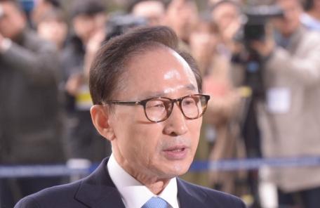 """결국 구속된 이명박, 법원 """"범죄 많은 부분 소명ㆍ증거인멸 우려""""(종합)"""