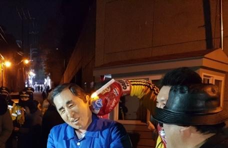 '떡 선물에 꽃다발까지'…MB 구속 소식에 한밤중 거리에선 축제