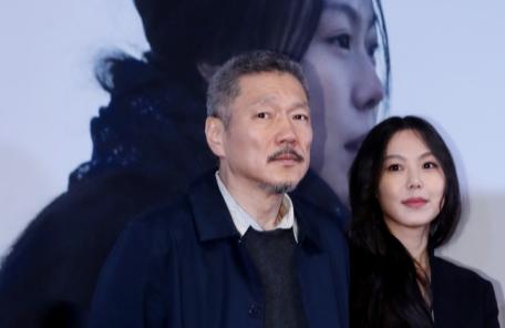 홍상수.김민희 커플 하남 쇼핑몰서 쇼핑…김민희 아버지도 동반