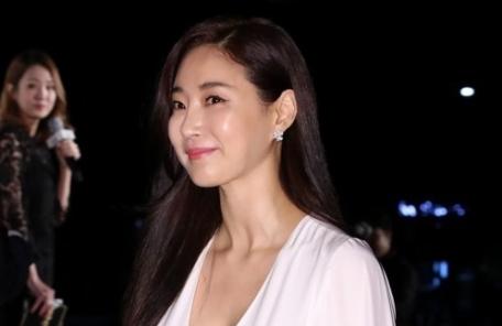 """김사랑 측 사고 경위 발표 """"2m 높이 구멍으로 추락해 오른발 골절"""""""