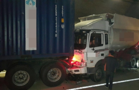 중부고속도로 문경터널서 차량 9대 연쇄추돌…1명 사망