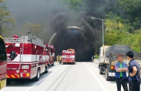 범서 제2터널 뒤덮은 검은 연기, 울산-포항고속도로 정체