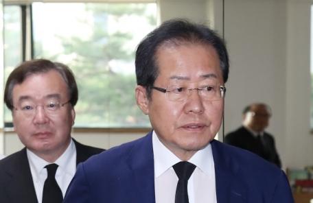 """홍준표 """"친박, 내가 나가면 당 지지율 오른다 해…한번 보겠다"""""""