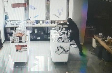 스마트폰 35대 훔친 가출 중학생…판매점 유리 깨고 침입