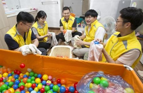 동서식품 임직원, 한빛맹아원 봉사활동 나서