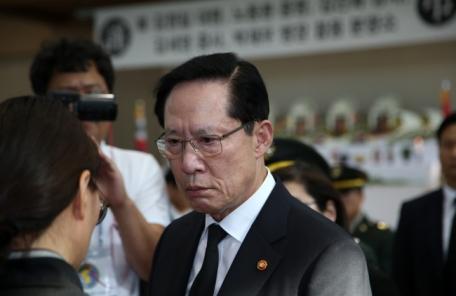 송영무, 마린온 희생장병 분향소 방문…일부 유족 거센 항의