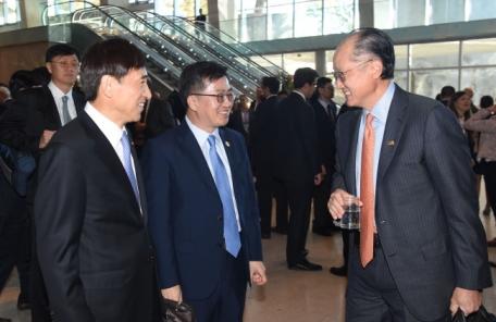 """김동연 """"한국車 관세 제외해달라"""" 므누신 美재무장관에 요청"""