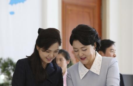 """""""리설주 '인민의 어머니' 이미지 연출""""…소박한 투피스에 매니큐어도 안발라"""