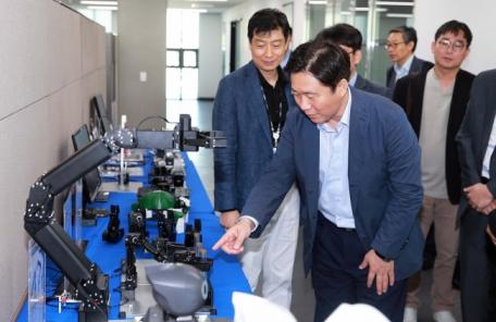 """성윤모 산업부 장관 """"국내 제조업의 '혁신성장' 지원할 것""""…첫 현장방문지 로봇기업"""