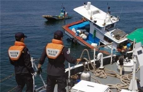군산 앞바다서 어선 침수…승선원 4명 전원 구조
