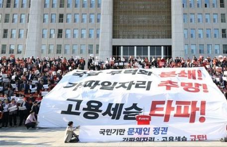 3면 사진 후보) 고용세습 규탄하는 야당 의원들