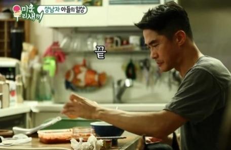 '미운우리새끼' 배정남, 복근男의 '폭풍 바느질' 반전 매력