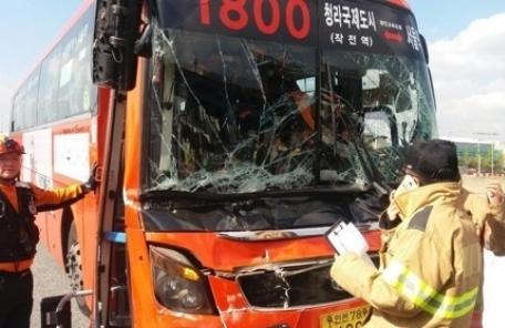 인천서 광역버스-트럭 추돌…승객 등 12명 부상