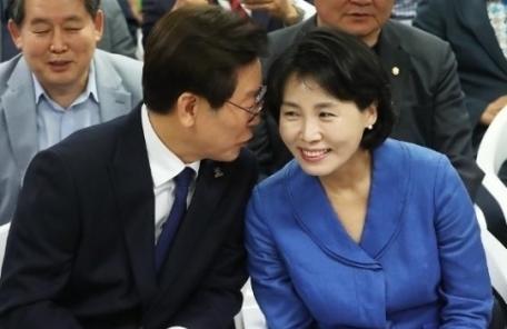 """김혜경 """"이재명과 침대 누워서도 함께 SNS""""…과거 인터뷰 재조명"""