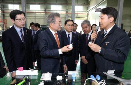 """스마트 공장은 일자리 줄일까?… 文 대통령 """"스마트 공장, 재직자 교육 중요"""""""