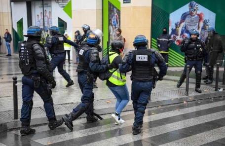 """분노한 프랑스 경찰들 """"힘들어서 더 못하겠다""""…집단행동"""