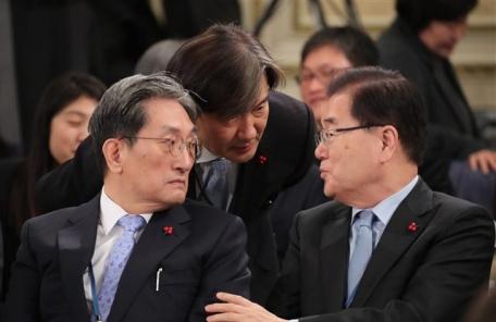 청와대 참모진 대화<YONHAP NO-2139>