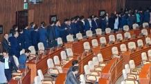 [헤럴드포토] 국회 제1차 본회의에 참석한 의원들
