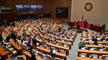 [헤럴드포토] 분주한 국회의원들
