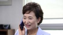 [헤럴드포토] 밝은 표정으로 통화하는 김현미 국토부장관 후보자