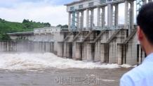 [헤럴드포토] '군남댐을 바라보는 관광객'