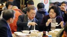 """청와대, 文대통령 '혼밥' 논란에 """"홀대론 동의 못해"""""""