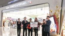 [포토] 인천공항 T2 신라면세점, 첫 구매 고객 축하 꽃다발ㆍ선물 증정
