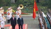 베트남 의장대 사열하는 한-베트남 정상<YONHAP NO-5664>
