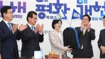 추미애, '민생배낭' 전달<YONHAP NO-2063>