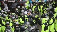 [속보] 경찰, 사드기지 반대단체 집회 해산 시작…주민과 충돌