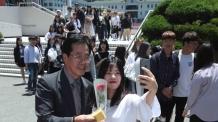 성년의날, 재학생 1300명에 장미꽃 선물한 총장