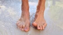 [여름, 발은 괴롭다 ①] 책상 아래서 올라오는 발냄새...'발티켓' 위해 무좀 잡으세요
