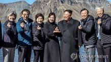 김정은 '손가락 하트' 사진 공개…리설주가 떠받치며 포즈
