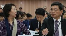 대화하는 교육청 감사관들<YONHAP NO-2418>