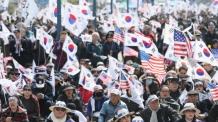 '태극기 부대'가 돌아온다…한국당 전대 앞두고 줄줄이 입당