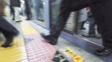 (예비)지하철 첫차로 본 '불금'의 밤…이태원 들썩, 홍대 주춤