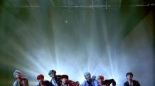 방탄소년단, 파리공연 대성황...실신하는 팬도
