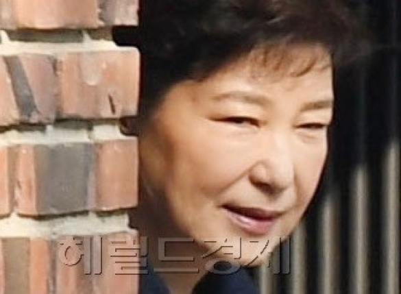 """""""박 전 대통령 산발한 민낯을 TV에""""…'친박' 격앙"""