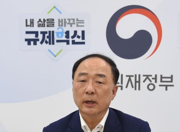 """홍남기 부총리 """"올 성장률 목표 2.4∼2.5% 조정할 단계 아니다"""""""