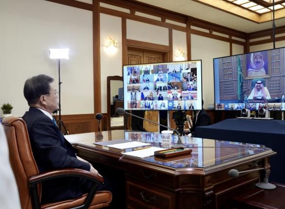 文대통령 '코로나 외교' 위상 강화…21개국 정상과 소통
